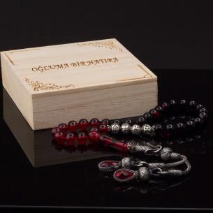 Kırmızı Sıkma İsimli Kehribar Tesbih ve Not Yazılı Ahsap Kutu
